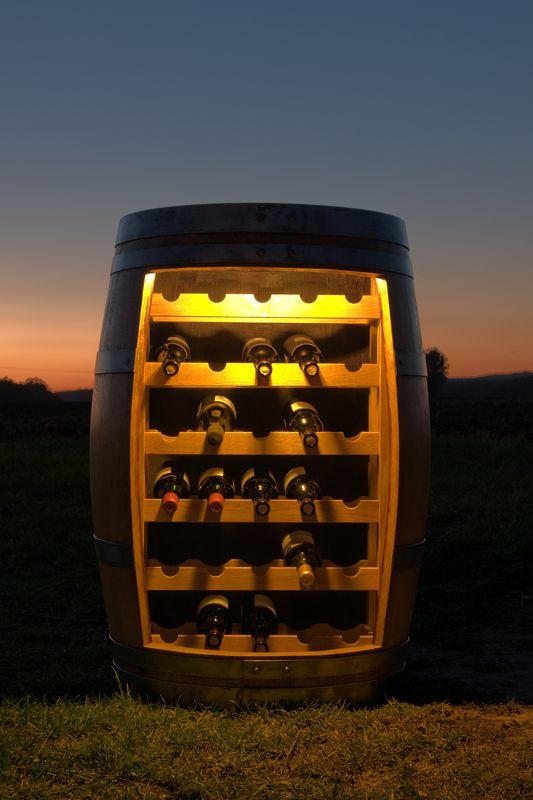 Weinregal bei Nacht